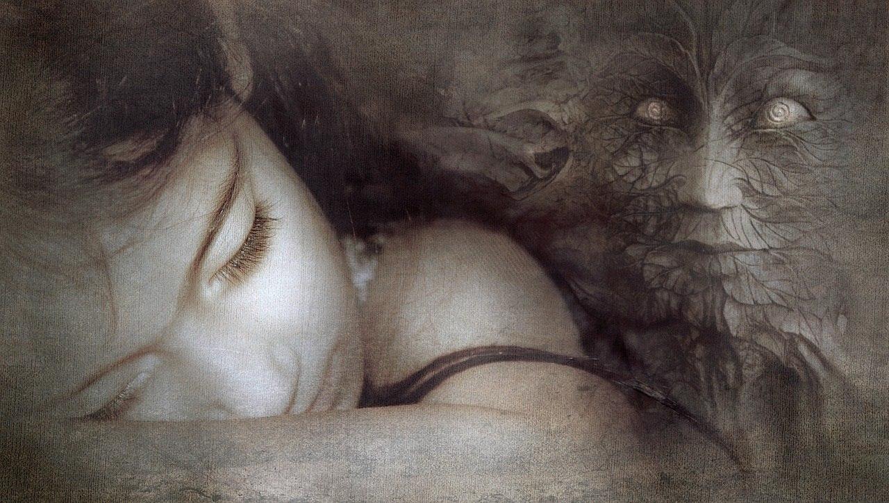 Bei Malocchio handelt es sich um den sogenannten böse Blick Fluch, mit dem jemand durch Gedanken oder durch neidvolle Blicke einer anderen Person Schaden zufügen kann.
